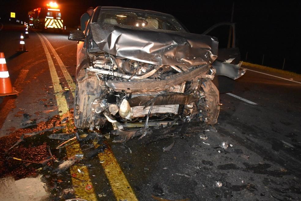 Veículo ficou com a frente destruída após a batida que matou três pessoas de uma mesma família, em Mogi Mirim (SP) — Foto: Maria Clara Cunha Canto/Portal da Cidade Mogi Mirim