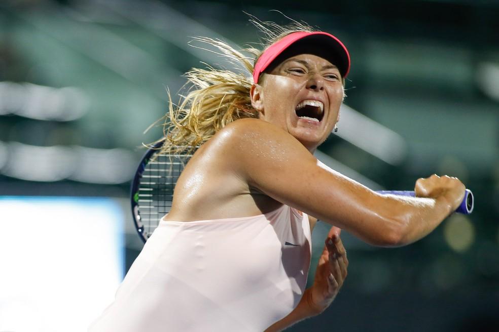 No terceiro set, Sharapova deixou a graciosidade de lado e sentou o braço (Foto: Reuters)