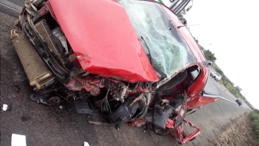Carro em que o prefeito estava na hora do acidente ficou destruído após batida com caminhão — Foto: Reprodução/TV Subaé
