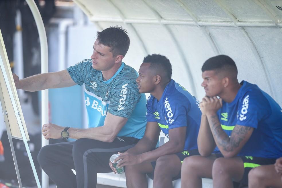 Thiago Gomes mostra estratégia para Campaz em treino do Grêmio — Foto: Lucas Uebel / Grêmio FBPA