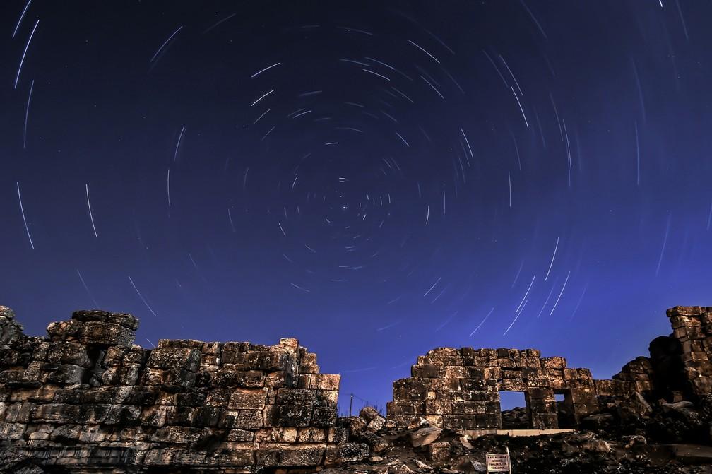 -  Foto mostra o céu em dia de chuva de meteoros Líridas na Turquia, em abril de 2014. Na imagem acima, fotógrafo utilizou técnica de longa exposição qu