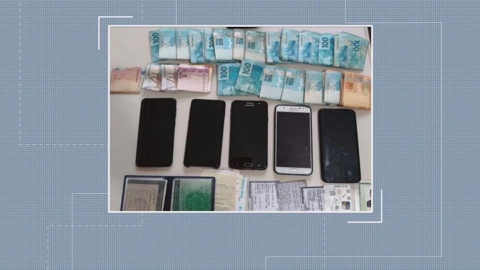 Polícia apreendeu celulares e documentos — Foto: Reprodução/TV Globo