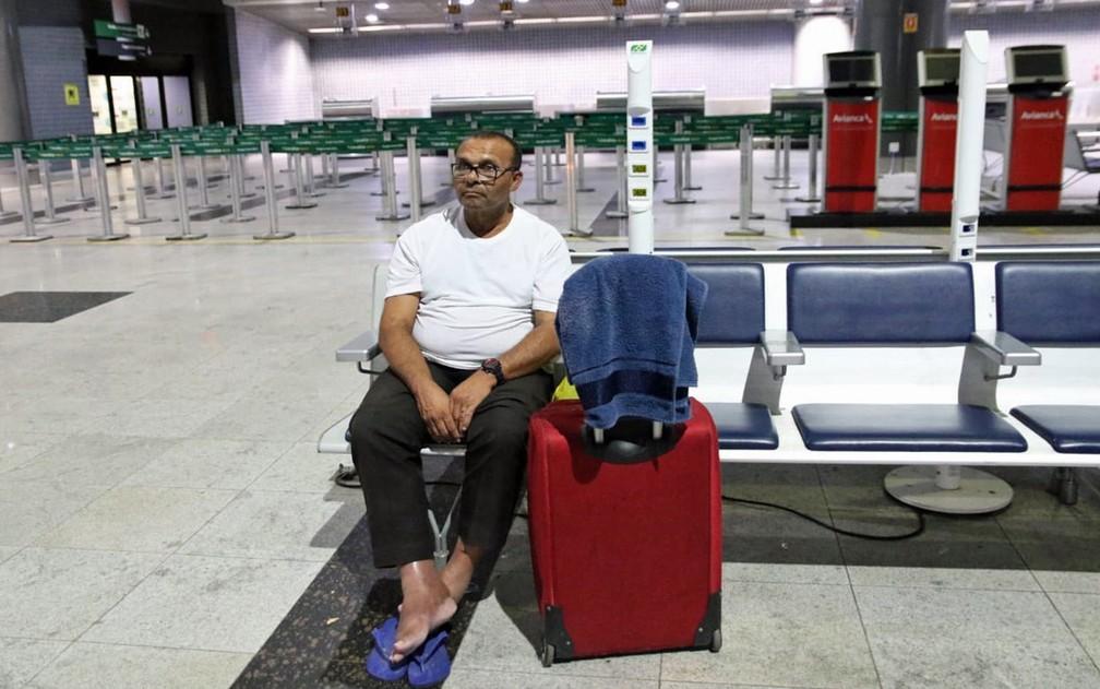 No Aeroporto do Recife, Seu Zeca dorme em bancos — Foto: Marlon Costa/Pernambuco Press