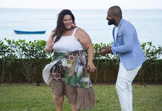 Mayara Russi com Arlindinho Cruz  (Foto: E! Entertainment/Divulgação)