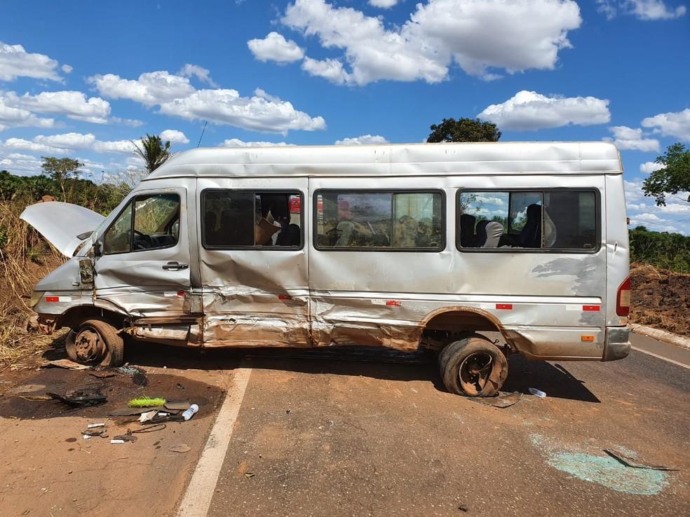 Carro colidiu de frente com a van na BR-010, em Imperatriz. — Foto: Divulgação/PRF.