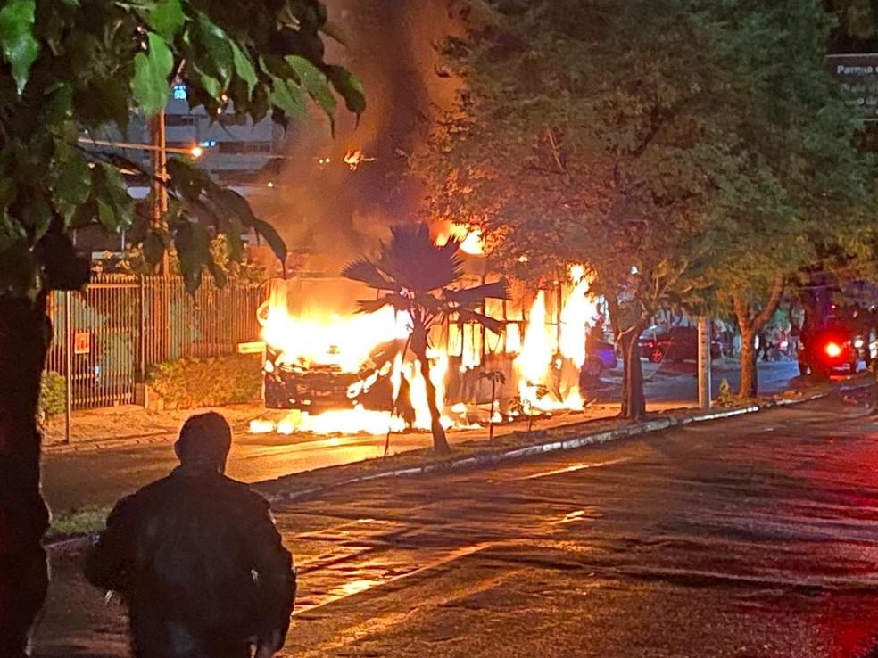 Resultado de imagem para Ônibus sofre pane e pega fogo no bairro Aldeota, em Fortaleza