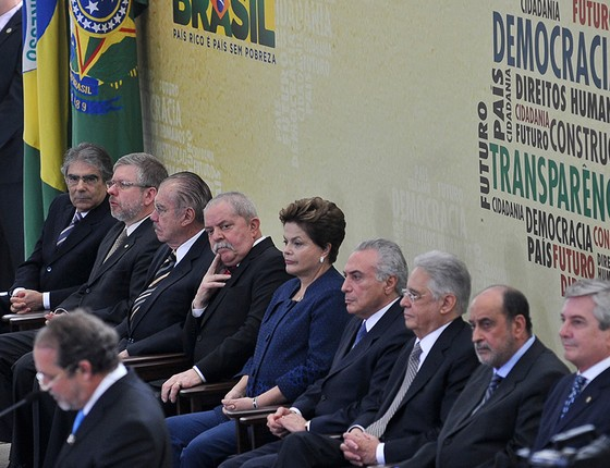 Em cena rara, ex-presidentes da República reunidos num mesmo evento — o da Comissão da Verdade. Sarney, Collor, FHC, Lula, Dilma e o então vice, Temer. O Brasil em seis tempos (Foto: ANTÔNIO CRUZ/ABR)