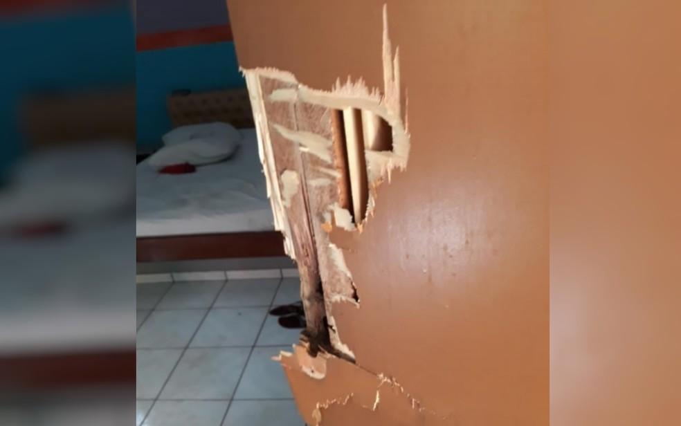 Porta de suíte precisou ser arrombada pelos policiais para conter agressor — Foto: Reprodução