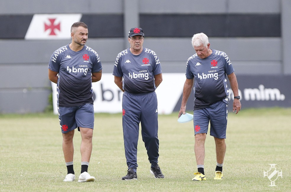 Vanderlei Luxemburgo, Daniel Félix e Antônio Mello conversam durante treino do Vasco — Foto: Rafael Ribeiro/Vasco da Gama