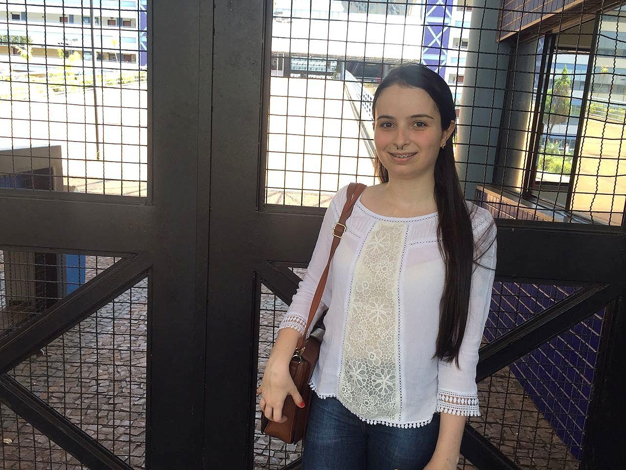 Primeira candidata a chegar ao local da prova da Unesp em Araraquara sonha em atuar em missão humanitária