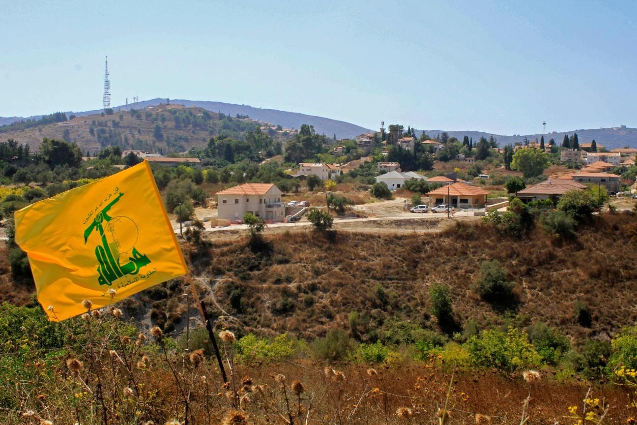 Bandeira do Hezbollah hasteada no Líbano, próximo à fronteira com Israel