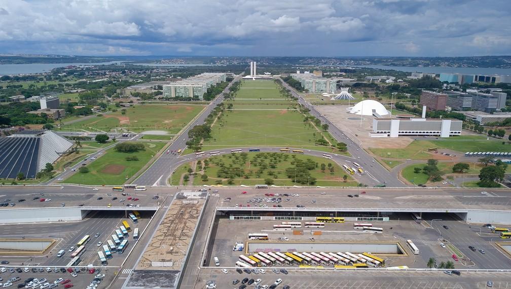 BRASÍLIA - Pouco movimento na região central de Brasília, com a rodoviária, a esplanada dos ministérios e o Congresso Nacional ao fundo, na sexta-feira (20) — Foto: Sérgio Lima/AFP