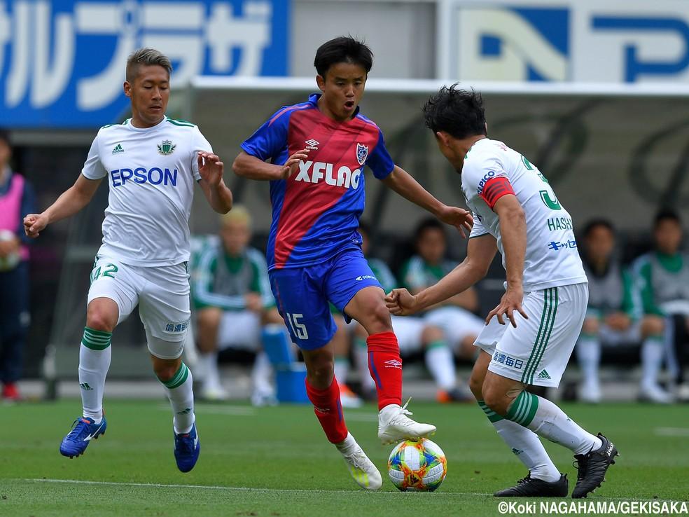 Takefusa Kubo teve uma assistência e um pênalti sofrido na vitória do Tokyo por 2x0 sobre o Matsumoto — Foto: Koki Nagahama / Gekisaka