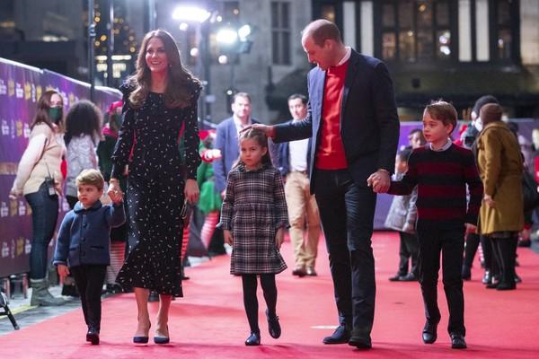 Príncipe William, duque de Cambridge, Catherine, duquesa de Cambridge, e seus filhos, o príncipe Louis, a princesa Charlotte e o príncipe George, durante uma apresentação especial no Palladium Theatre de Londres (Foto: Getty Images)