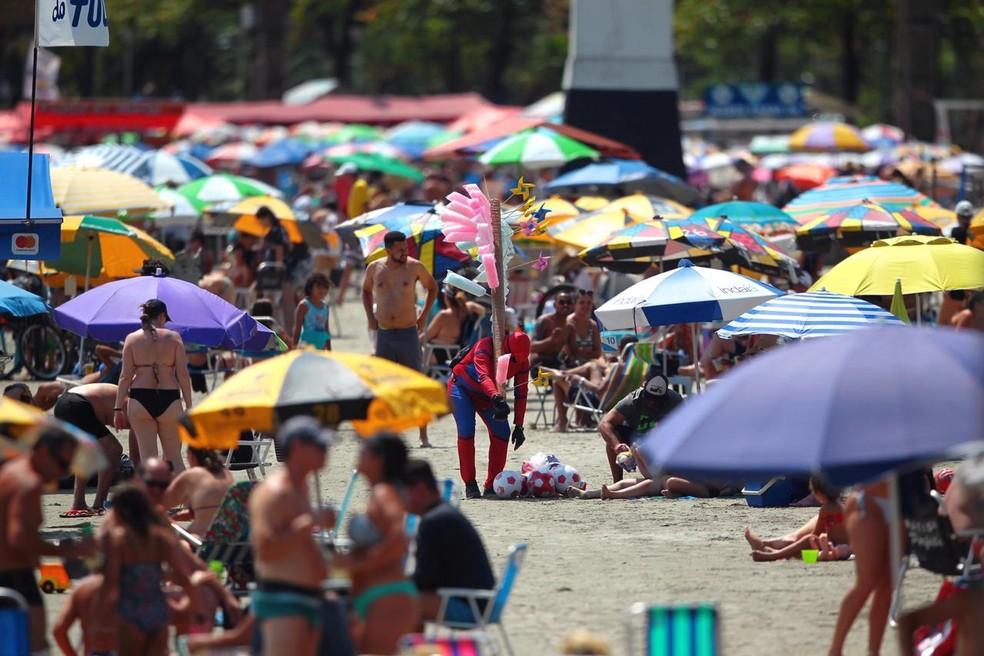 Muitos banhistas não usavam máscara e estavam desrespeitando o distanciamento social — Foto: Matheus Tagé/Jornal A Tribuna
