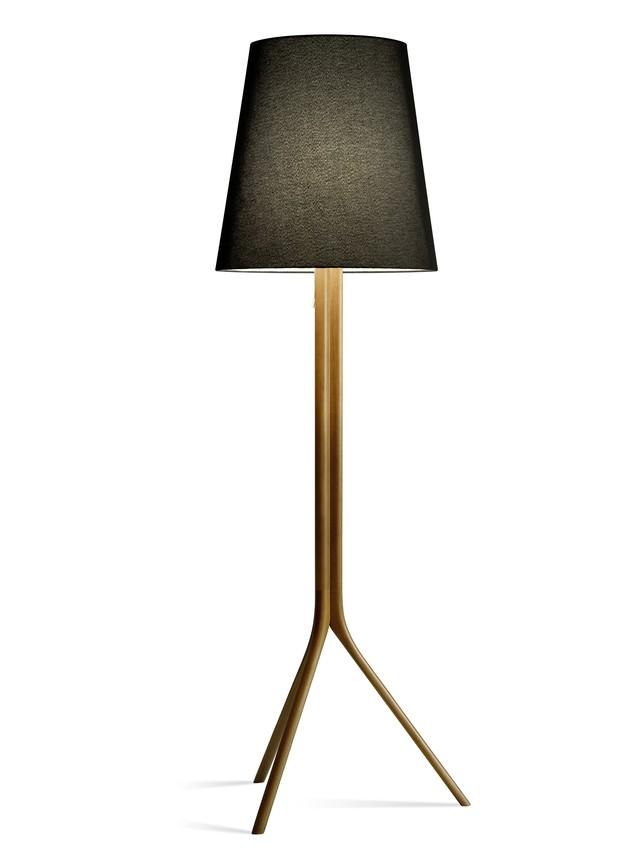 Luminária Paris, de madeira com cúpula cônica revestida em tecido preto ou cru, 0,50 x 1,77 m. Saccaro, de R$ 4.510,70 por R$ 1.806,08  (Foto: Divulgação)