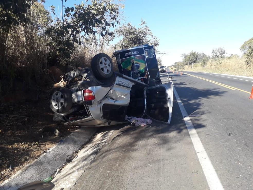 Motorista e passageiro do carro ficaram feridos — Foto: Polícia Militar Rodoviária/ Divulgação