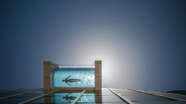 Quem vai à piscina se sente flutuando sobre Dubai (Foto: Divulgação)