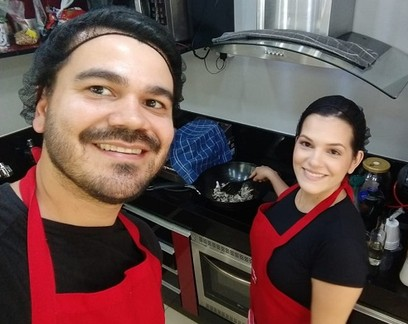 Casal inicia delivery de comida japonesa na cozinha de casa durante a pandemia e fatura R$ 200 mil