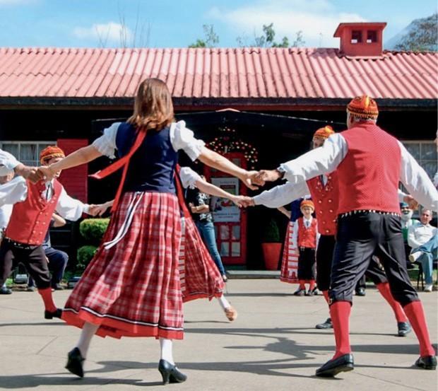Dança finlandesa em frente à casa do Papai Noel (Foto: Divulgação)