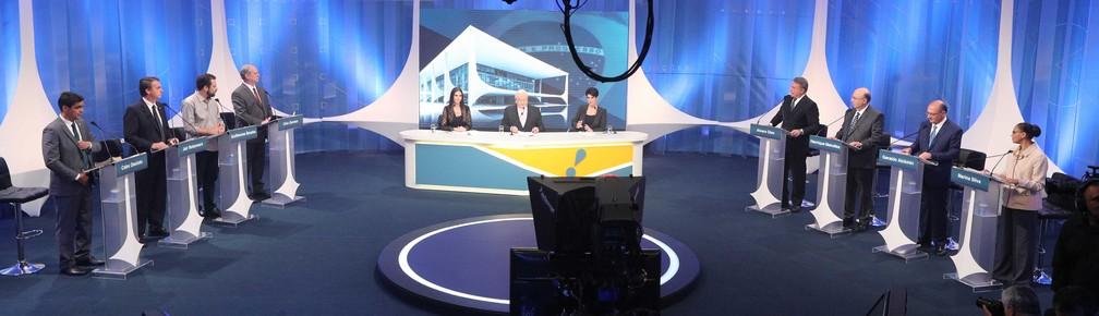 Da esq. para a dir.: os candidatos à Presidência da República Cabo Daciolo (Patriota), Jair Bolsonaro (PSL), Guilherme Boulos (PSOL), Ciro Gomes (PDT), Álvaro Dias (Podemos), Henrique Meirelles (MDB), Geraldo Alckmin (PSDB) e Marina Silva (Rede) participam de debate eleitoral entre os candidatos a presidente promovido pela RedeTV!, em parceria com a revista IstoÉ, em estúdio da emissora em Osasco (SP), na noite desta sexta-feira, 17 (Foto: Daniel Teixeira / Estadão Conteúdo )