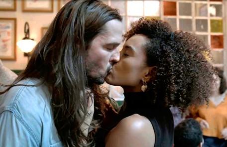 Na quarta (4), depois de discutirem, Vitória (Taís Araujo) e Davi (Vladimir Brichta) voltarão a se beijar Reprodução