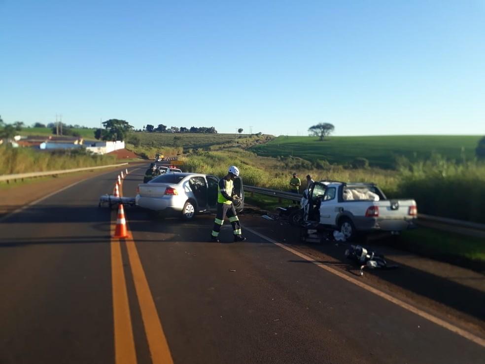 Acidente aconteceu no quilômetro 318 da rodovia Eduardo Saigh, entre Itaí e Taquarituba (SP) — Foto: Corpo de Bombeiros/Divulgação