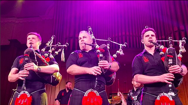 Os membros do Red Hot Chilli Pipers, que Duncan Robb acreditou ser o Red Hot Chili Peppers (Foto: Instagram)