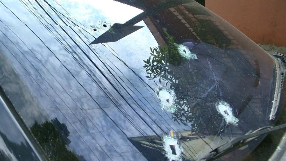 Carro ficou marcado pelos tiros em Viana, no Espírito Santo (Foto: Reprodução/ TV Gazeta)