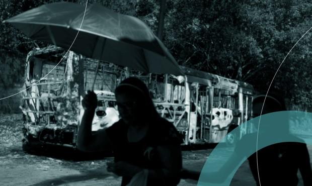 Moradoras de Manaus passam diante de ônibus incendiado em série de ataques de facção criminosa