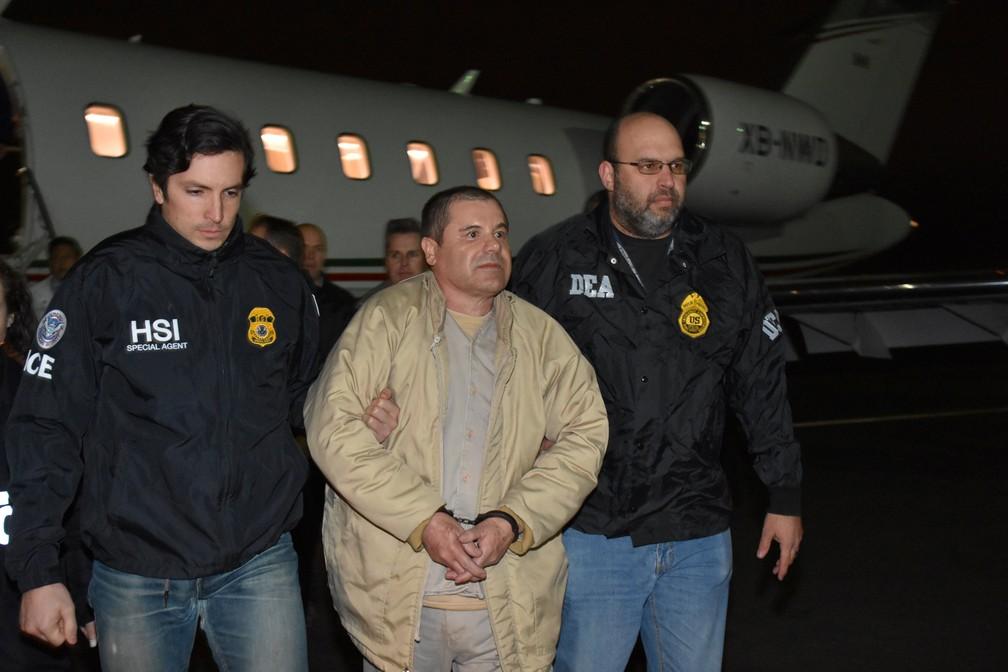 O traficante mexicano 'El Chapo' é escoltado na chegada ao aeroporto de Long Island, nos EUA, após ser deportado  â?? Foto: Reuters