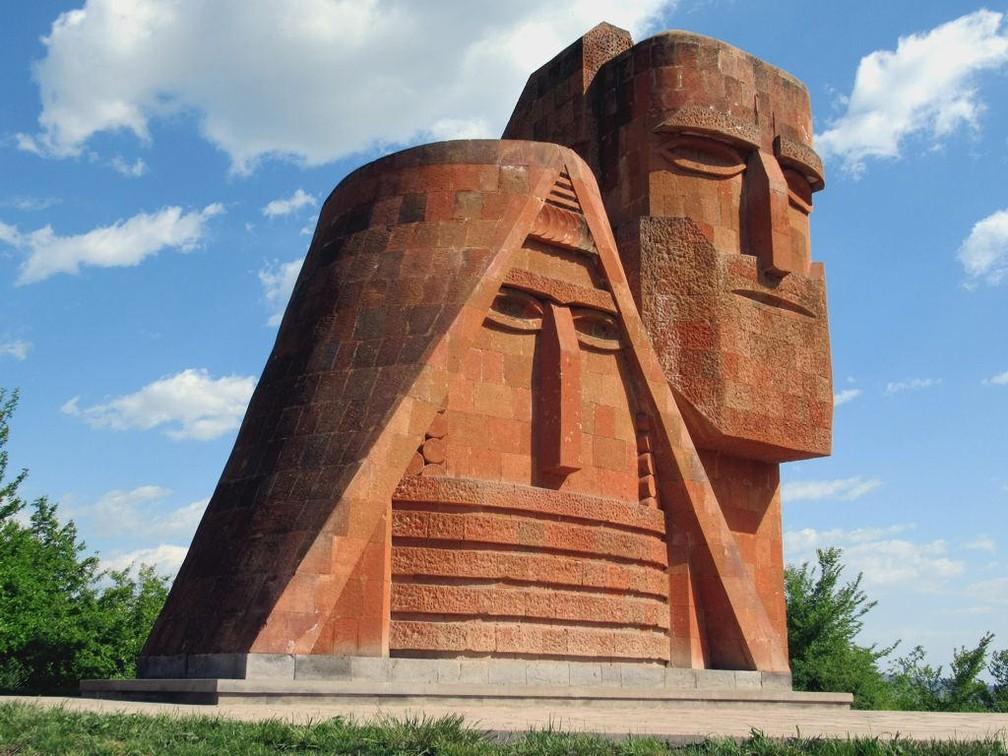 Monumento 'Nós Somos Nossas Montanhas', em Stepanakert (Khankendi), capital da autodeclarada República de Nagorno-Karabakh, não reconhecida pelo Brasil — Foto: Grandma and Grandpa by David Stanley / CC BY