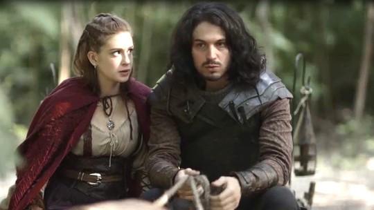 Afonso e Amália são encontrados pelos guardas reais na floresta