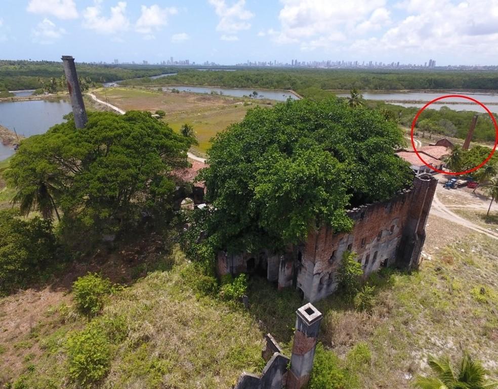 Ruínas da fábrica de cimentos na Ilha Tiriri, em Santa Rita, com destaque para uma das paredes do complexo que foi mantida em estrutura construída recentemente — Foto: Rhassano Patriota/Acervo pessoal