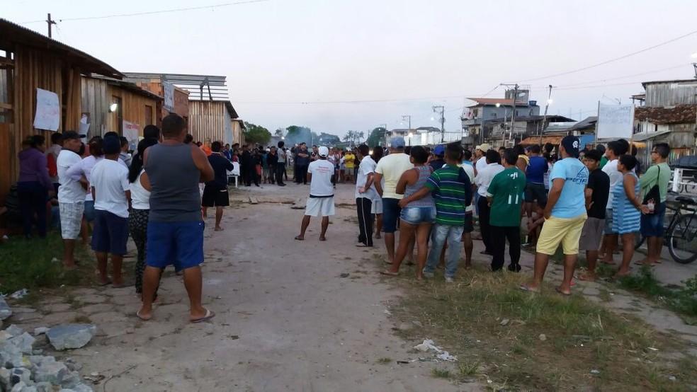 Moradores tentam impedir o cumprimento da ordem judicial. (Foto: Álvaro Ribeiro/ TV Liberal)