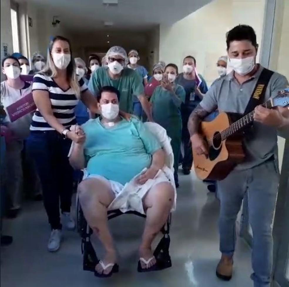 Funcionários de hospital comemoram alta de paciente internado há 66 dias por Covid-19 em Tatuí — Foto: Arquivo Pessoal
