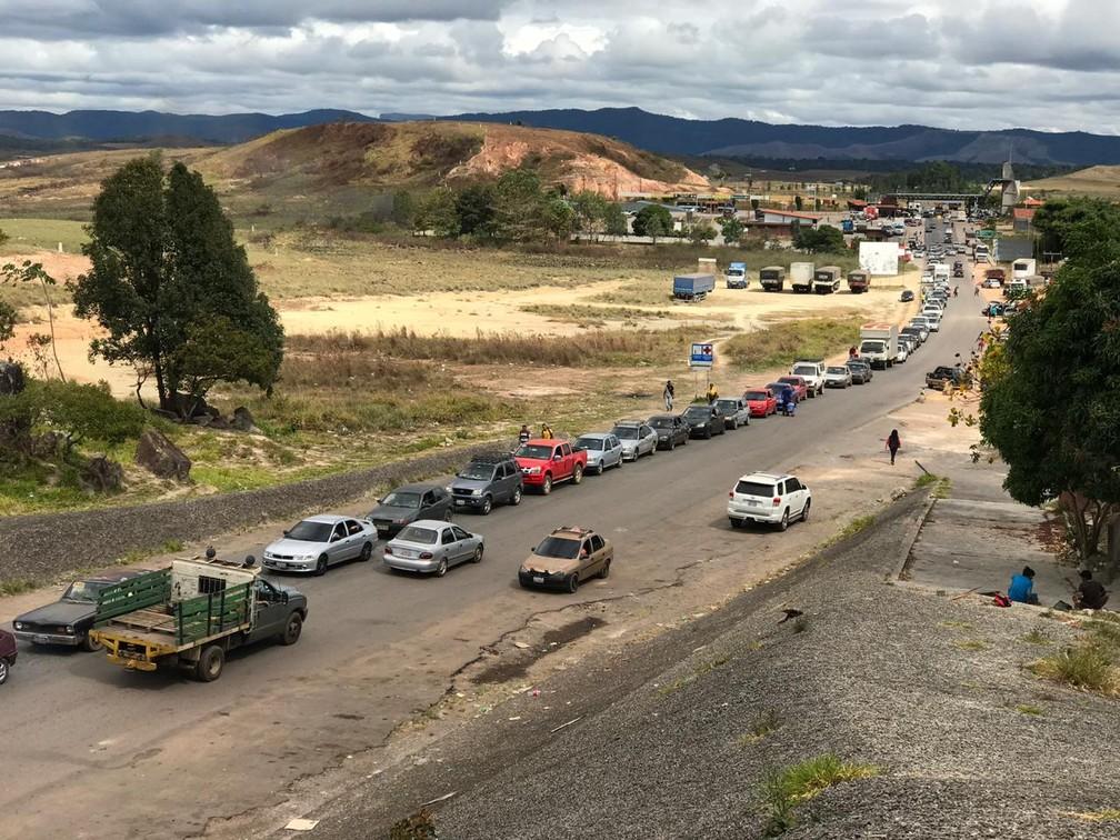 Pela manhã, fronteira teve fila gigantesca de venezuelanos entrando no Brasil  — Foto: Alan Chaves/G1 RR