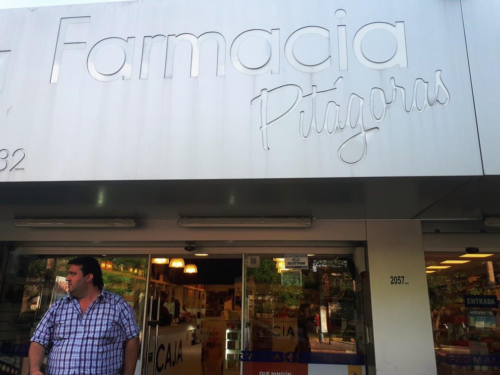 Esteban Riveira em frente à farmácia Pitágoras, em Montevidéu (Foto: Carolina Dantas/G1)