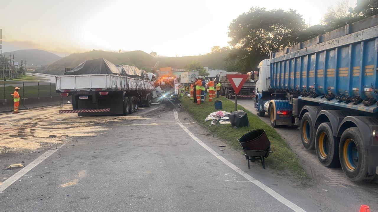 Acidente entre veículos de carga interdita trecho da Via Dutra em Barra Mansa