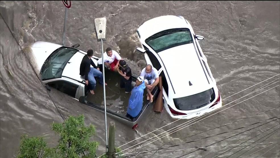 Carro ilhado em Santo André, no ABC Paulista, nesta sexta-feira (23) — Foto: Reprodução/TV Globo