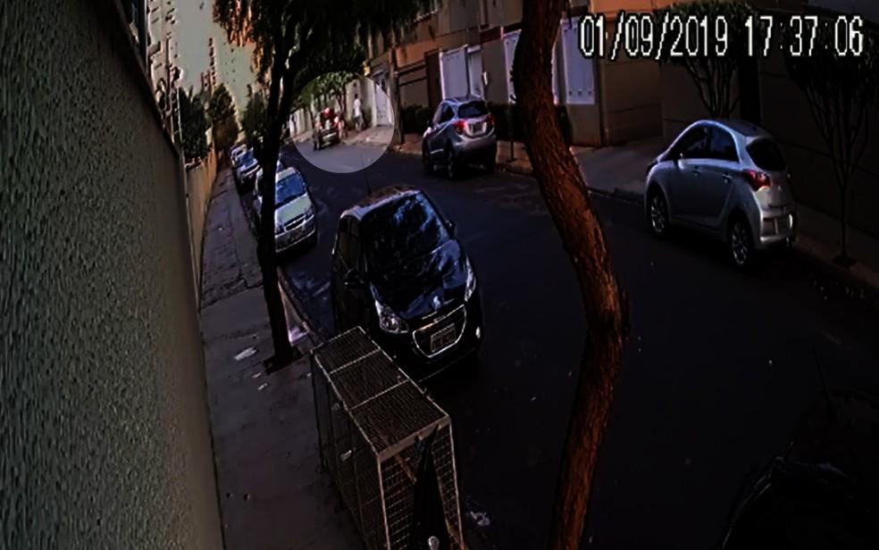 Vídeo mostra empresário se aproximando do carro da mulher em Ribeirão Preto — Foto: Reprodução/EPTV