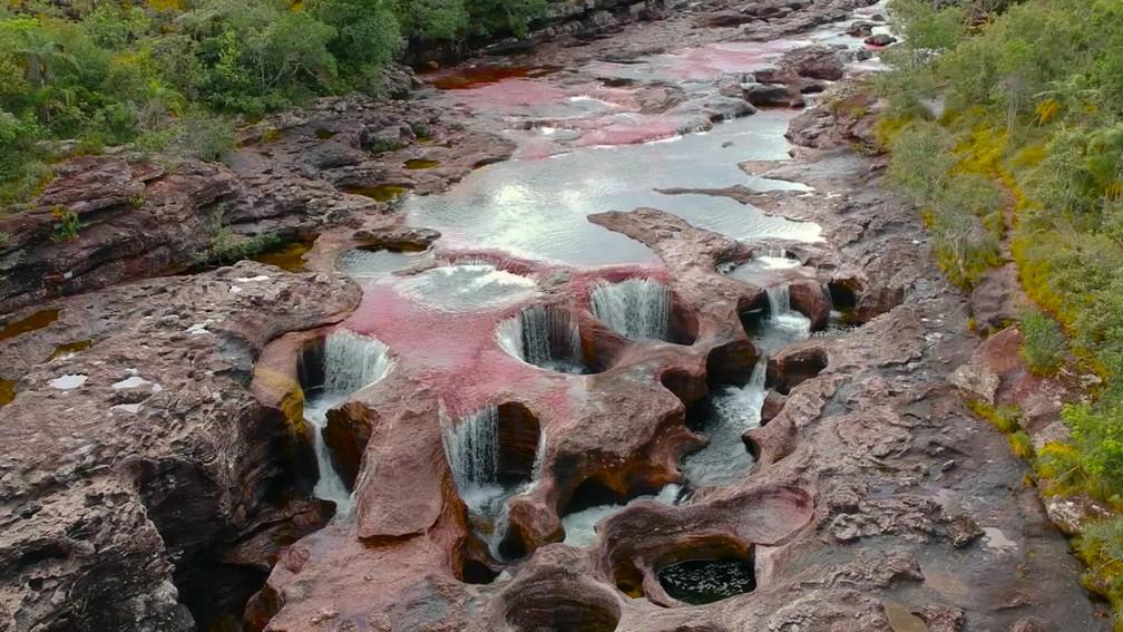 Conhecido como rio Arco-Íris, o rio Caño Cristales é pouco visitado por turistas  — Foto: Reprodução/BBC