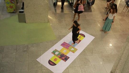 Programa coloca uma amarelinha em shopping e, com câmeras escondidas, flagra reações