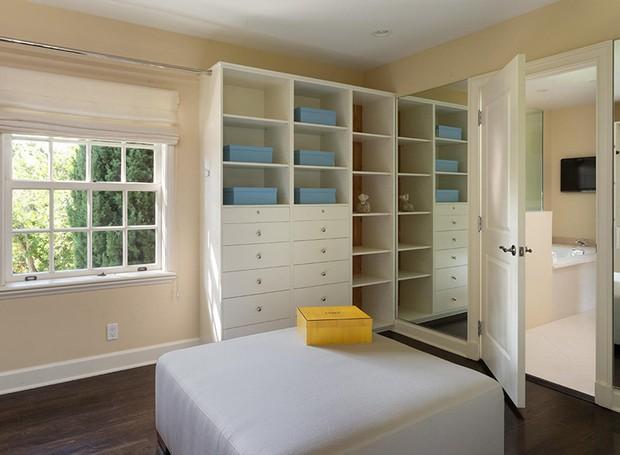 A suíte principal conta com dois banheiros e dois closets (Foto: Berkshire Hathaway HomeServices/ Reprodução)