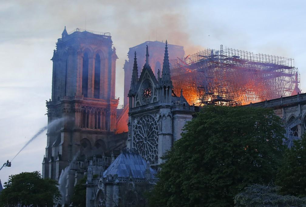 Bombeiros combatem incêndio na Catedral de Notre-Dame, em Paris — Foto: Michel Euler/AP