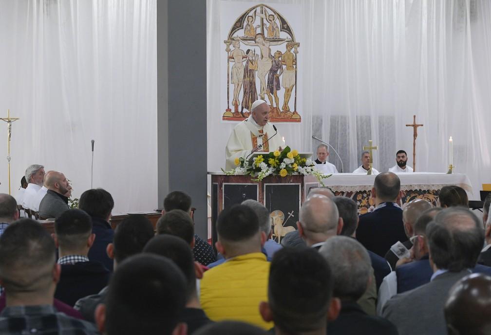 Papa Francisco celebra missa na prisão de Velletri, em Roma, durante as celebrações da Quinta-feira Santa — Foto: Handout/Vatican Media/AFP