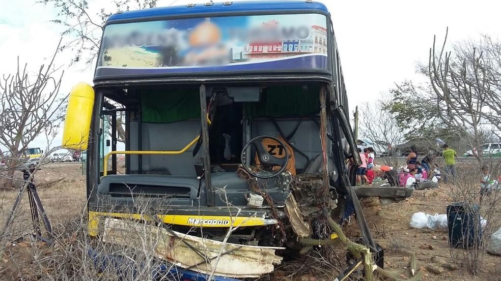 Ônibus ficou com a frente parcialmente destruída após acidente na BR-230, próximo a Soledade, na Paraíba (Foto: Jackson Rondineli/TV Paraíba)