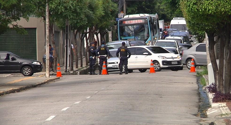 Avenida é bloqueada em frente ao Palácio da Abolição (Foto: TV Verdes Mares/Reprodução)