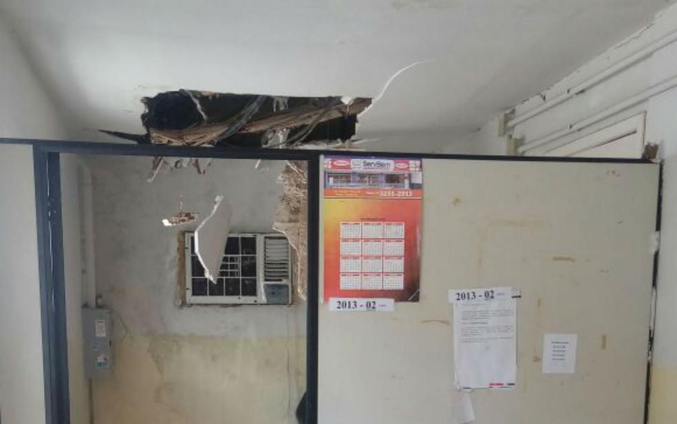 Teto fica entre sala de plantão e cozinha da unidade (Foto: Divulgação/Sindpoc)
