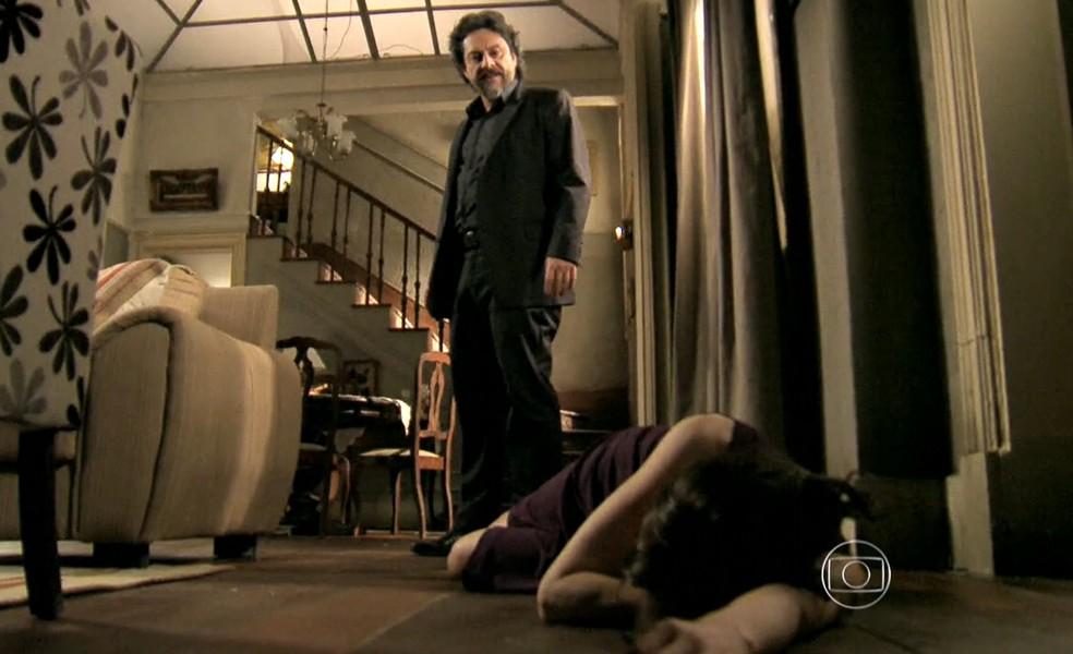 Cora (Drica Moraes) desmaia após beijar José Alfredo (Alexandre Nero) - 'Império' — Foto: Inácio Moraes/Globo